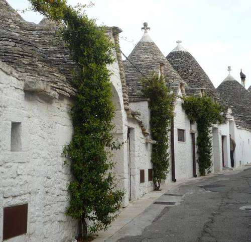 alberbello-trulli-row